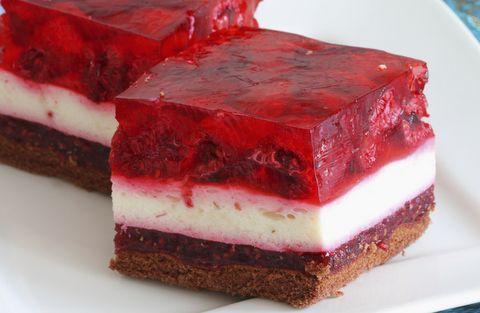 Postre de crema, gelatina y fresas