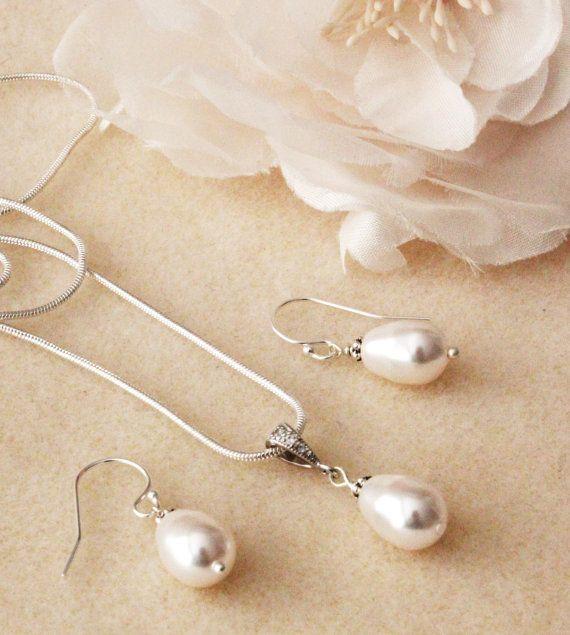 Pearl wedding jewelry Set Bridesmaid gift jewelry Set White teardrop Swarovski Crystal pearl earrings and necklace set wedding gift set