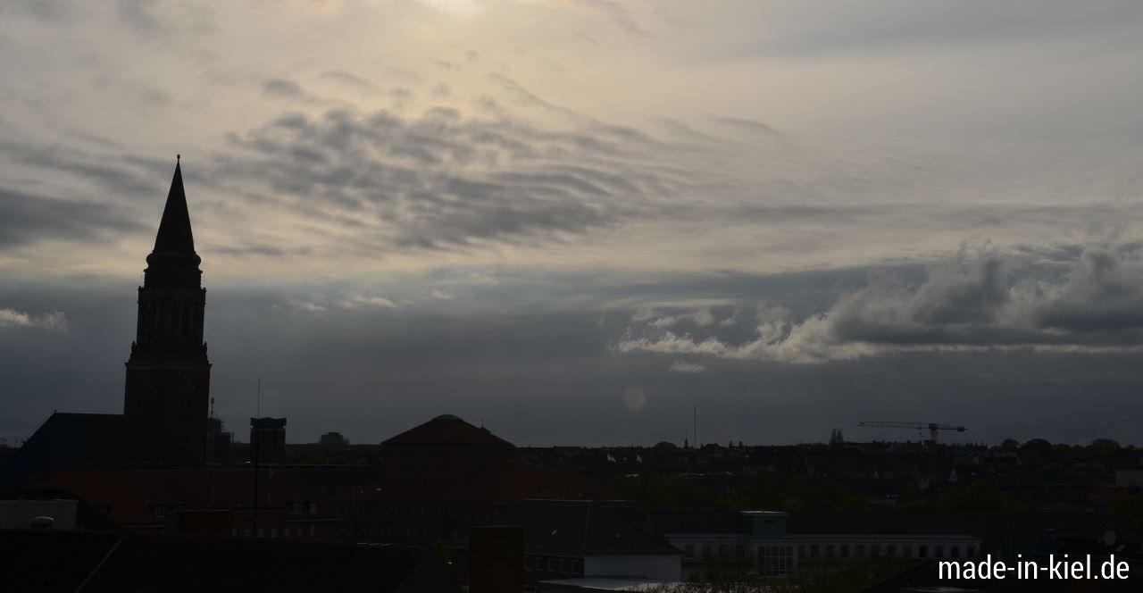 Kurzzeitige Dämmerung über Kiel