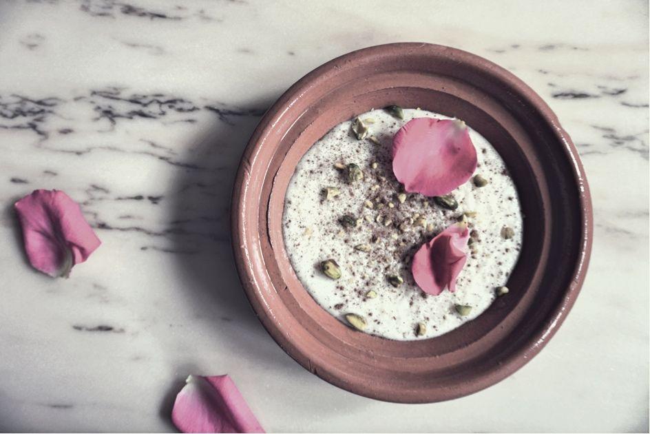Sutlac Turecki Mleczny Pudding Ryzowy Z Pistacjami Woda Rozana I Platkami Rozy Acai Bowl Recipies Breakfast
