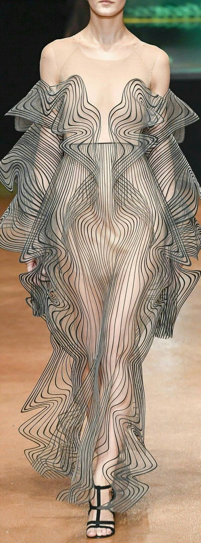 Cette semaine, on vous pose des questions comme : Sortiriez-vous avec une robe transparente dans ...