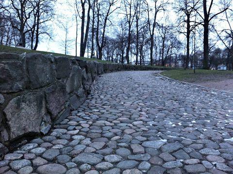 Tiedätkö, mikä tämä kivipolku on ja minne se vie?...