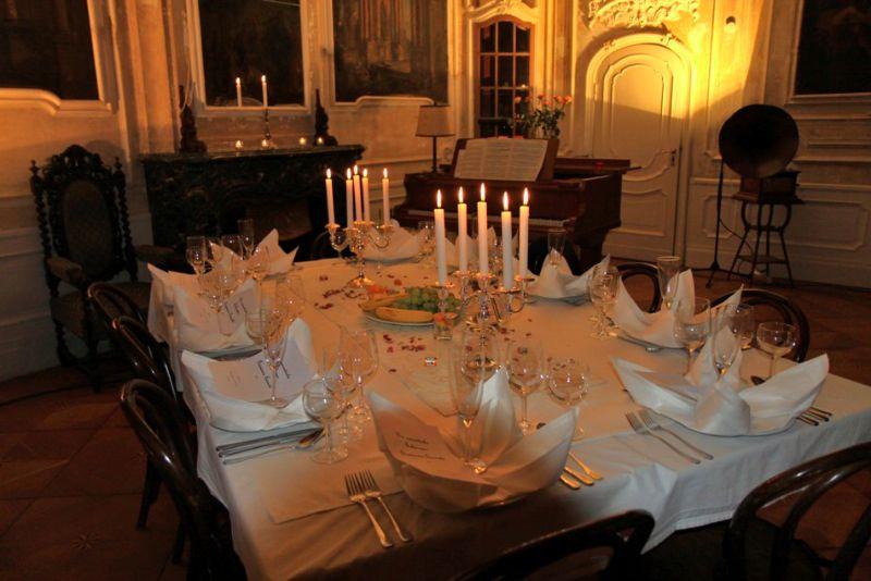 Die festlich gedeckte Tafel in der Belle Etage wartet auf die Gäste der Salonoper