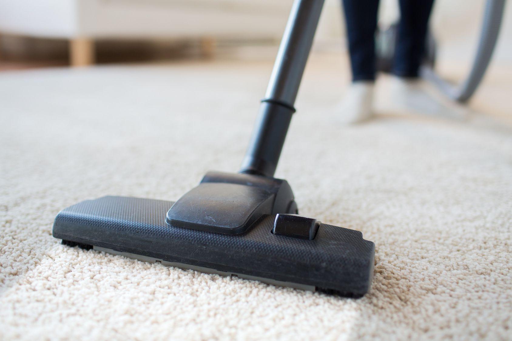 Wer Einen Teppich Hat Der Wird Es Wissen Im Laufe Der Zeit Wird Dieser An Verschiedenen Stellen Du Teppich Reinigen Diy Teppichreiniger Teppichboden Reinigen
