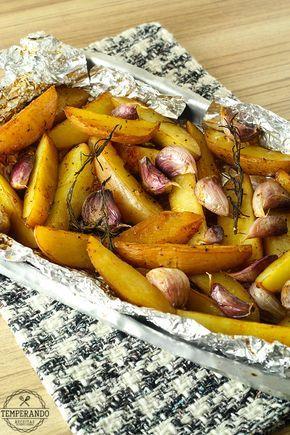 BATATA RÚSTICA -- Batatas assadas com ervas que dão um sabor especial e se transformam um ótimo acompanhamento para carnes, aves e peixes ou aperitivo   temperando.com #receitas #receitafacil #acompanhamento