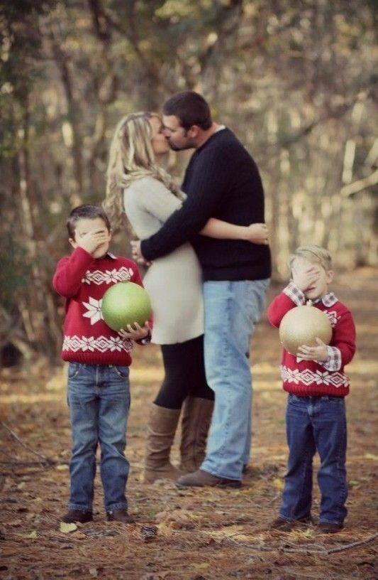 Family photo idea for 2013 christmas kissing parents kids for Creative family photo shoots