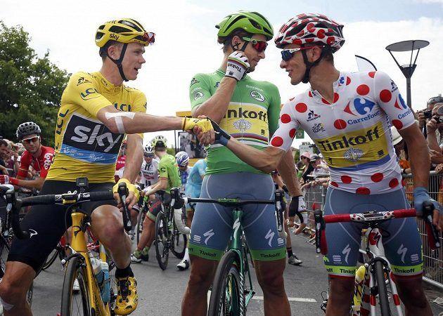 Tři hvězdy Tour před startem poslední etapy. Nejlepší muž celkového pořadí Chris Froome ve žlutém, uprostřed nejlepší spurter v zeleném Peter Sagan a nejlepší vrchař v puntíkatém dresu Rafal Majka.
