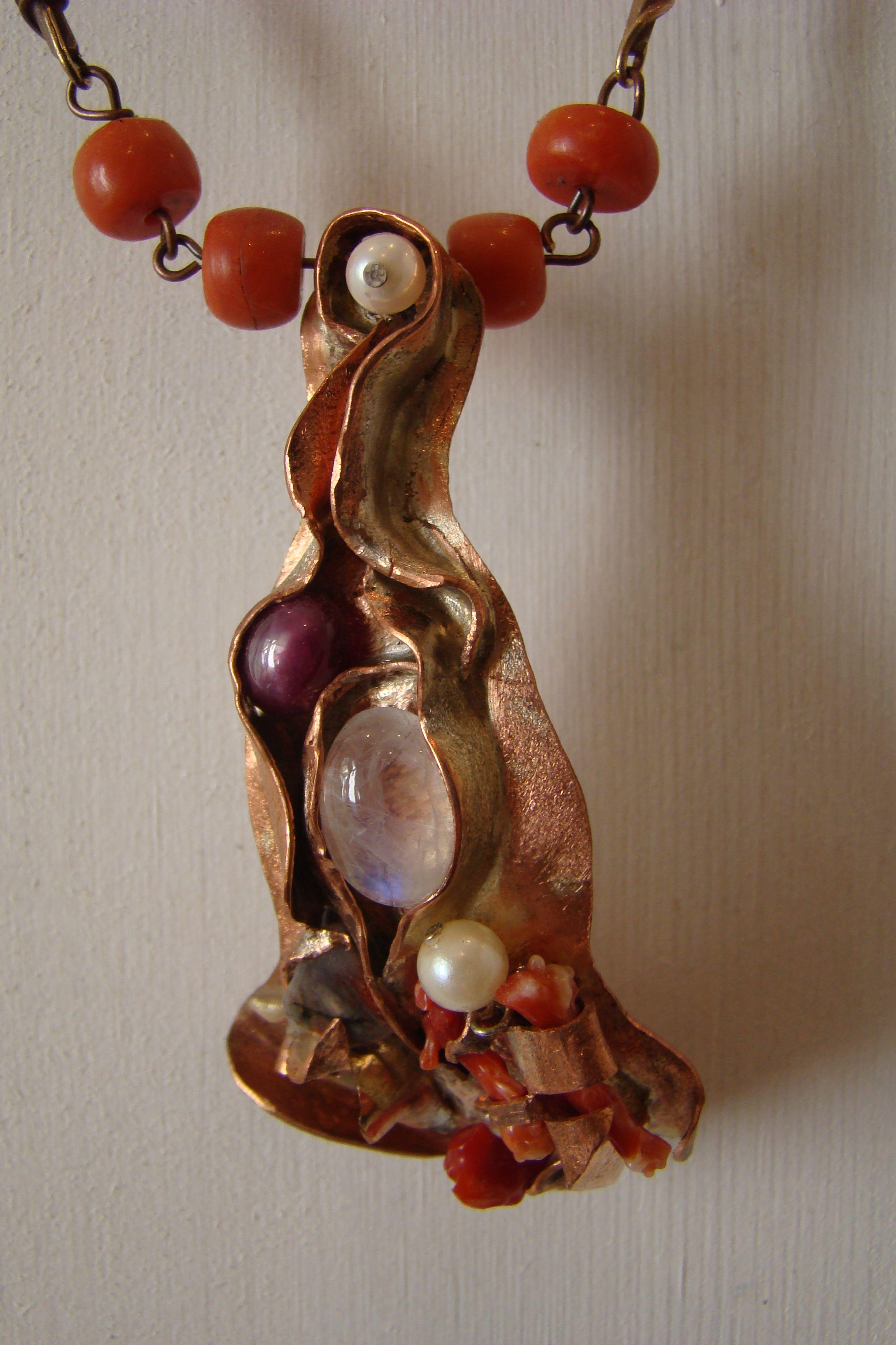 collier brons, koraal maansteen, robijn, parel