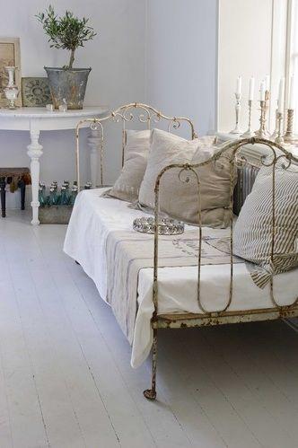Un lit ancien en fer chambre pinterest lits anciens for Repeindre un lit en fer forge