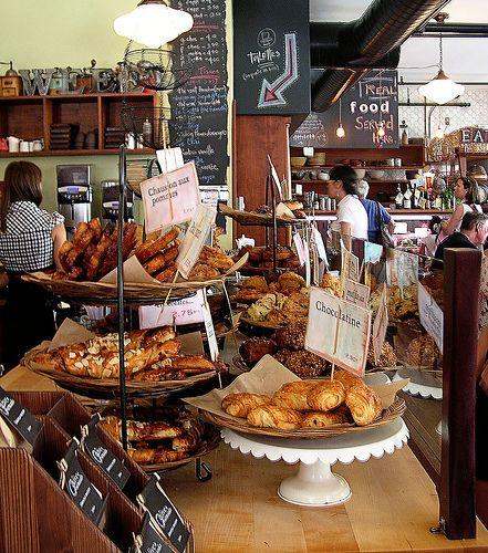 Olive et Gourmando c'est L'arrêt à faire dans le Vieux-Montréal pour qui veut prendre son café préparé à la perfection avec une viennoiserie gourmande ou un sandwich exquis. Que ce soit pour un petit-déjeuner, un arrêt lunch ou pause café, ce sera toujours rempli de monde. Et pour cause; la qualité est au rendez-vous.