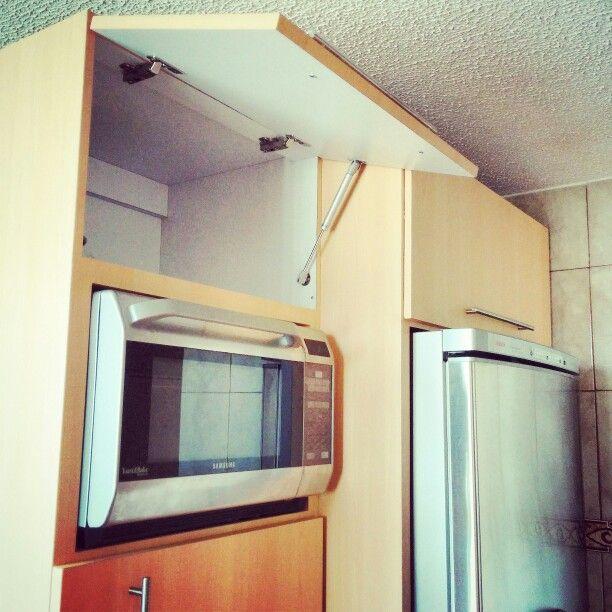 Cocina con gabinetes de puertas batientes con brazos - Hidraulicos para puertas ...