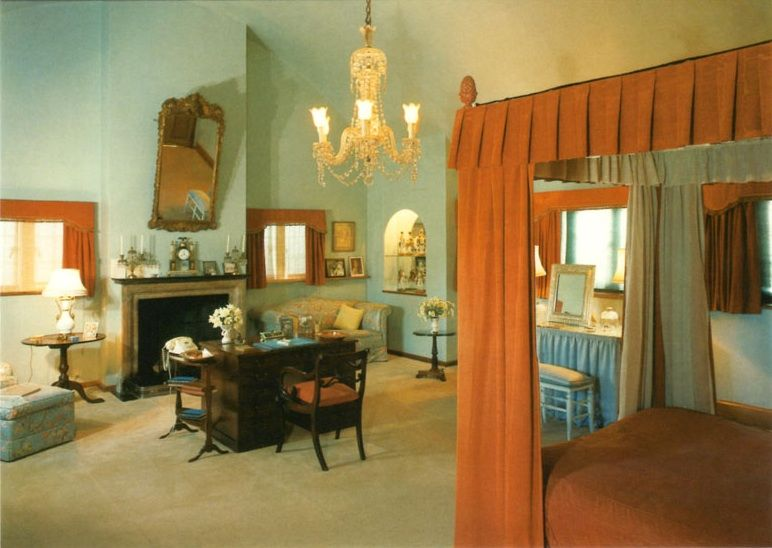 chartwell house clementine churchill 39 s bedroom inside. Black Bedroom Furniture Sets. Home Design Ideas