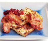 Ett enkelt och matigt recept på raggmunk i långpanna som du tillagar i ugn som ugnspannkaka. Du gör raggmunken av bland annat ägg, mjölk, mjöl, potatis och bacon. Servera den härliga raggmunken med lingonsylt!