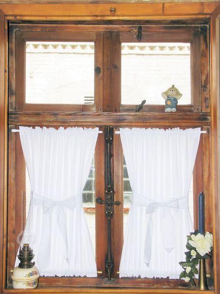 Niedliche Spanngardinen im Landhausstil Wäschetruhe - Gardinen Landhausstil Wohnzimmer