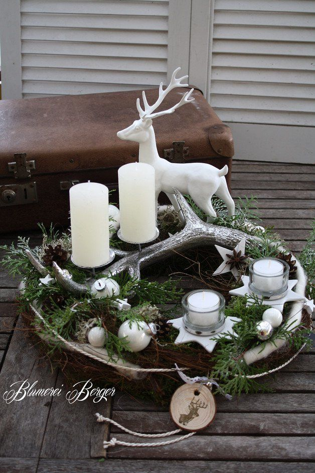 ein adventskranz aus naturmaterialien wie moos rinde rebe flechten zapfen und lebensbaum. Black Bedroom Furniture Sets. Home Design Ideas