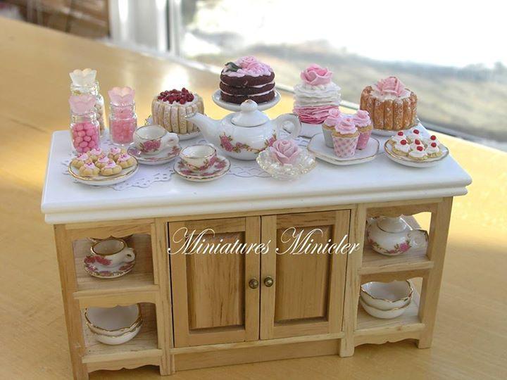Mesa con pastelillos.  Por Miniatures Minicler.♡ ♡