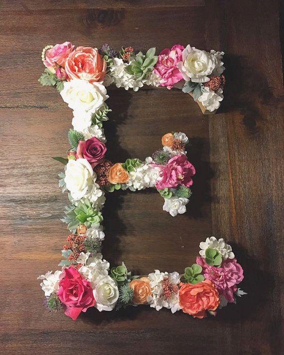 F A C T S Carta En Papel Mache Cartulina Reforzado Con Espuma Floral Y Una Variedad De Flores De Imitacion Elementos Comple Floral Letters Floral Baby Decor
