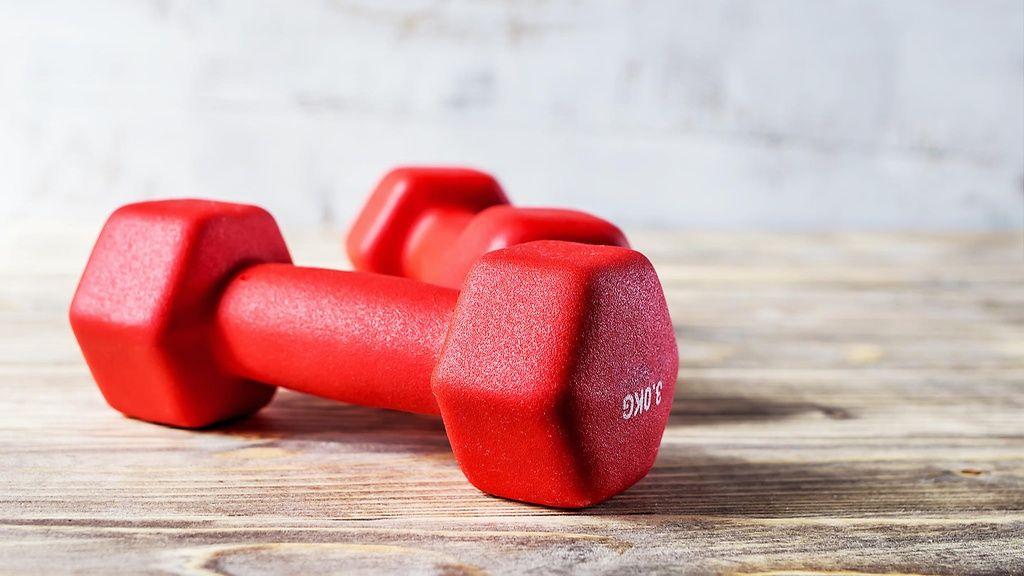 Käsipainojen avulla treeni sujuu vaikka omassa olohuoneessa.  Copyright: Shutterstock.