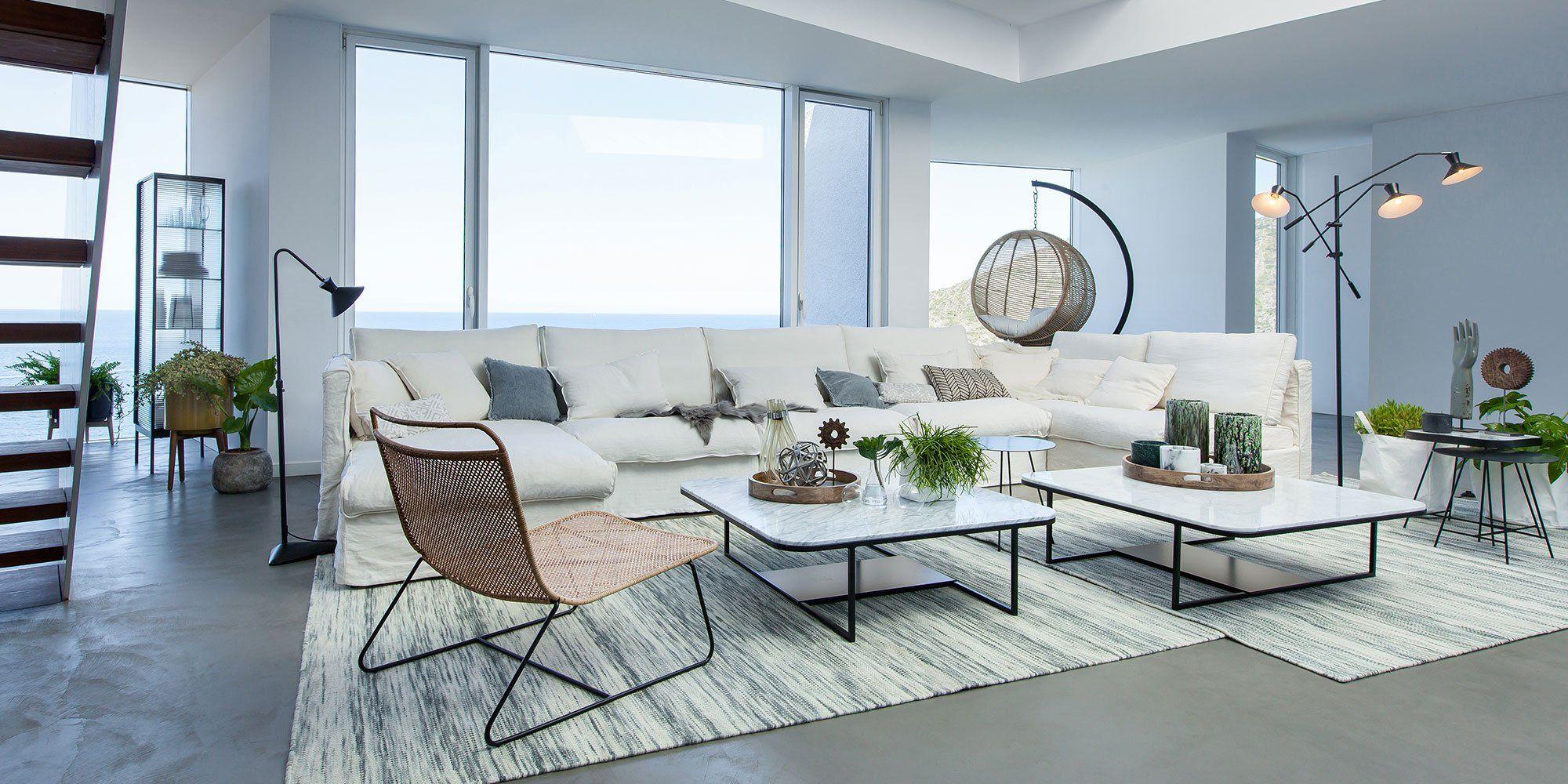salon dans les teintes de blancs avec un canap d 39 angle. Black Bedroom Furniture Sets. Home Design Ideas