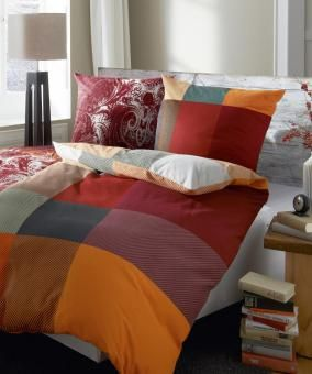 rot karierte bettw sche auf weichem biber leuchtende farben in orange und rot f r herbst und. Black Bedroom Furniture Sets. Home Design Ideas