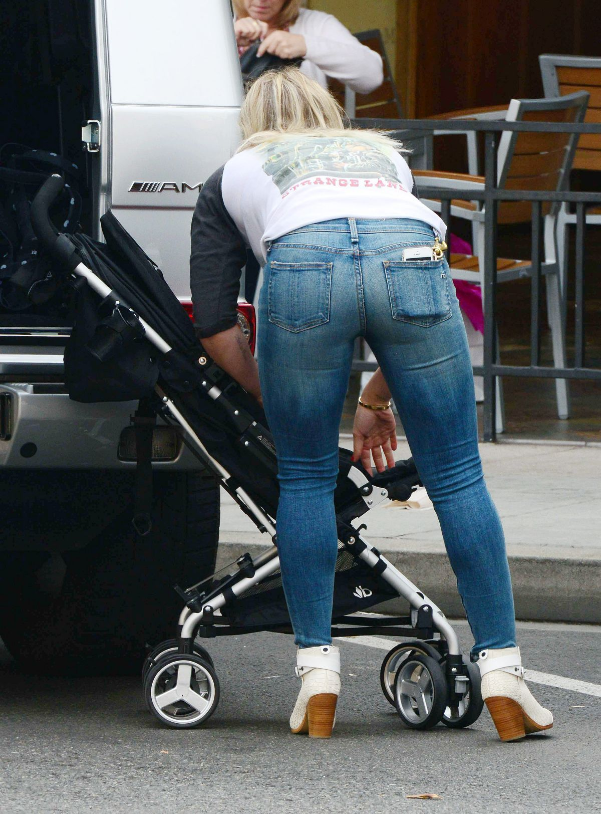 hilary-duff-wearing-tight-jeans-out-in-beverly-hills-_2 ...