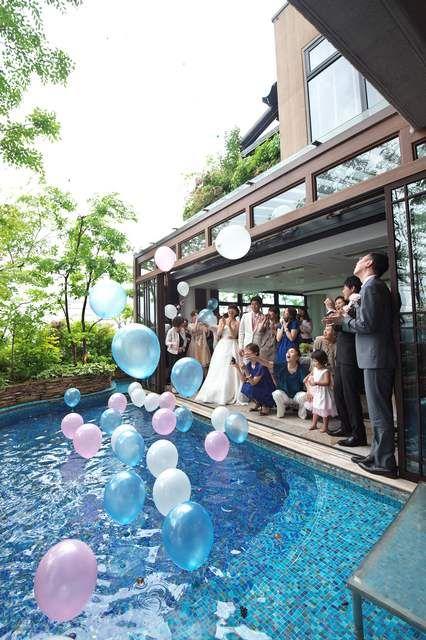 プールを使ってのバルーンリリース 葉山庵tokyoの人物 演出の写真詳細 89 みんなのウェディング プール ウェディング バルーン ウエディング