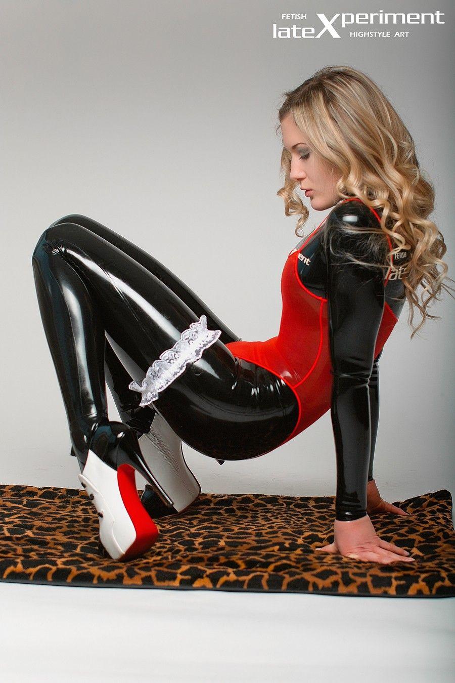 Latex catsuit anziehen