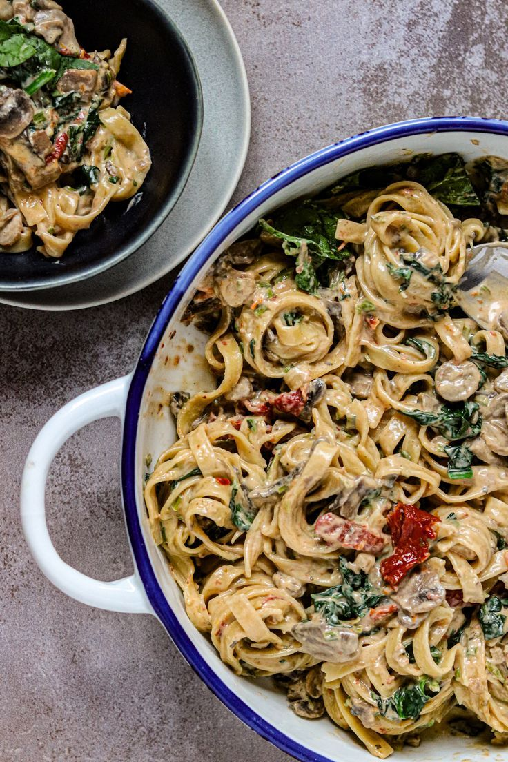 One Pot Pasta Mit Tomaten Pilzen Und Spinat Diese mediterrane One Pot Pasta ist nicht nur unheimlich cremig sondern auch noch vollgepackt mit Pilzen getrockneten Tomaten...