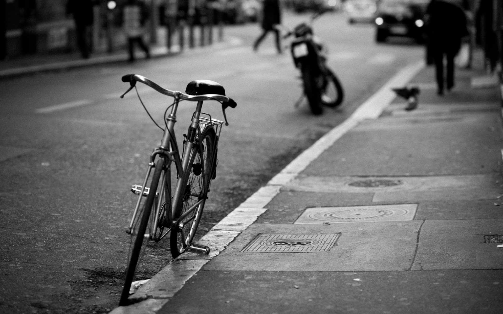 Wenn es um das Parken von Fahrrädern geht, dann ist die Fahrbahn wie selbstverständlich parkenden Autos vorbehalten. Das muss nicht sein.