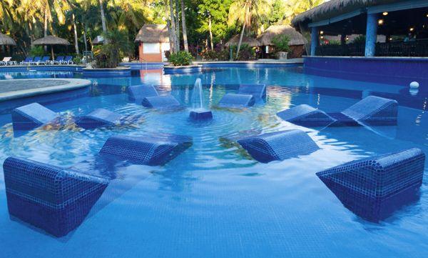 piscina con tumbonas de gresite azul claro 3003