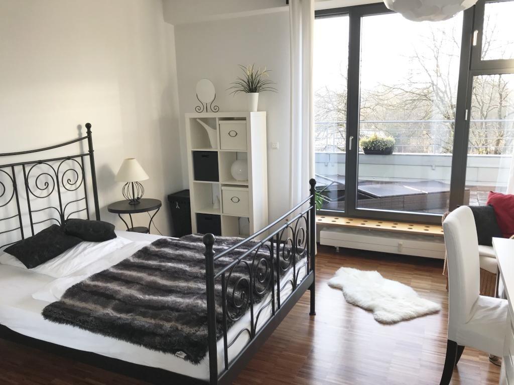 Schlafzimmer Len Design schickt eingerichtetes schlafzimmer mit schwarz weißen möbeln
