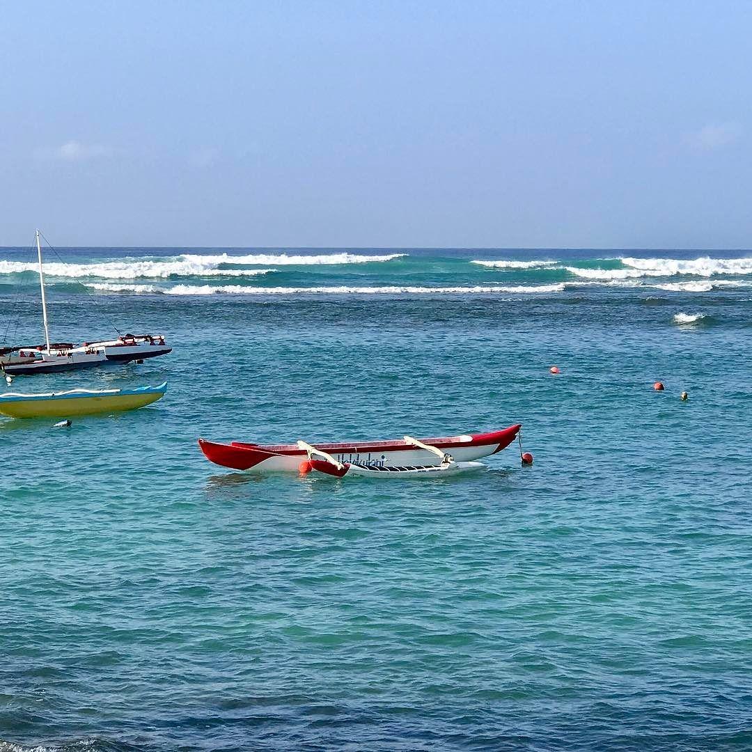 It's hard to see but the Waikiki waves are overhead today and almost no wind.  #imenehunes #waikiki #surf #waikikibeach #happynewyear #menehunes