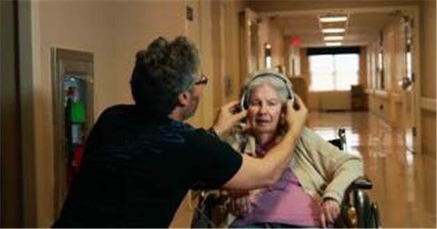 Muziek uit het verleden van demente mensen blijkt de verborgen schatten van het geheugen weer aan de oppervlakte te brengen.