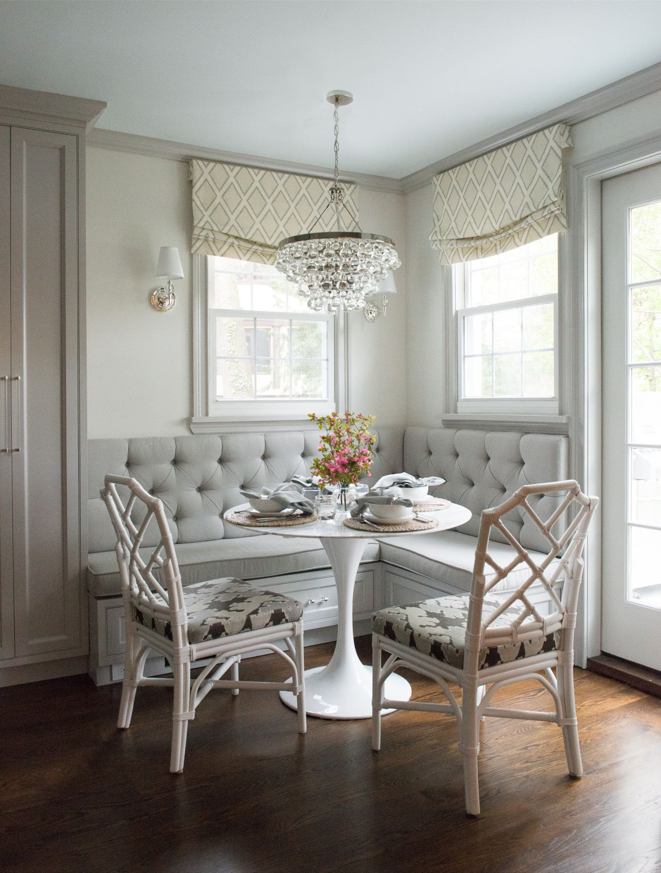 Banquette tulip table chinese chippendale chairs for Mobilia kitchen table