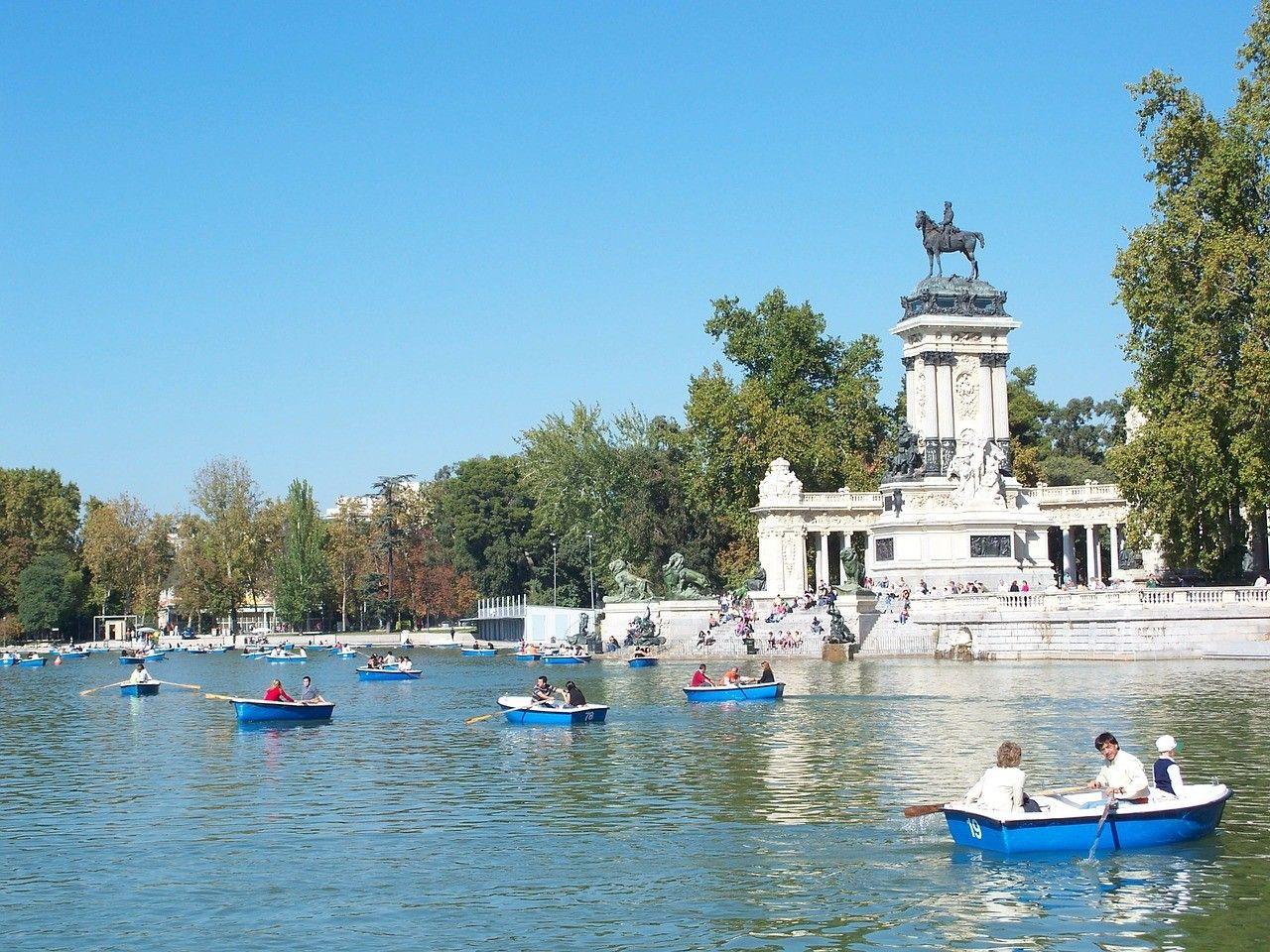 Paseos en barca en el #ParqueDelBuenRetiro de #Madrid. http://www.viajaramadrid.org/?page=paseodelpradoyretiro.php #turismo #guia #viajar
