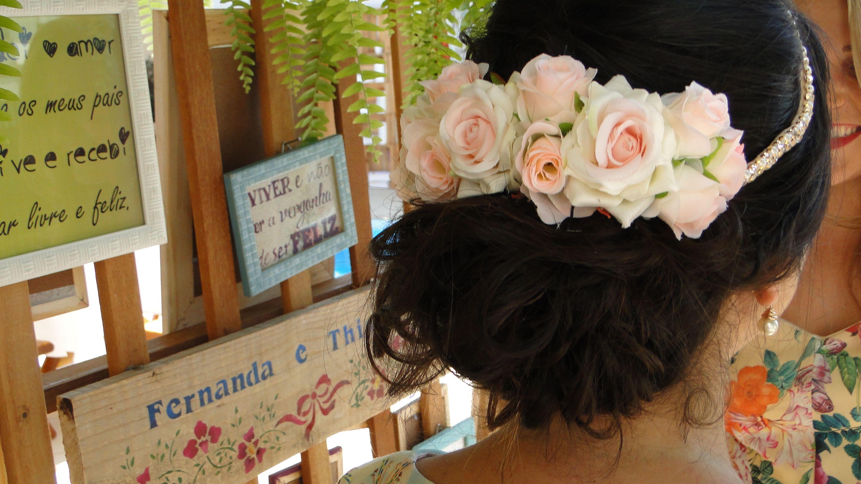 Penteado e coroa de flores ideais para casamento e eventos diurnos.