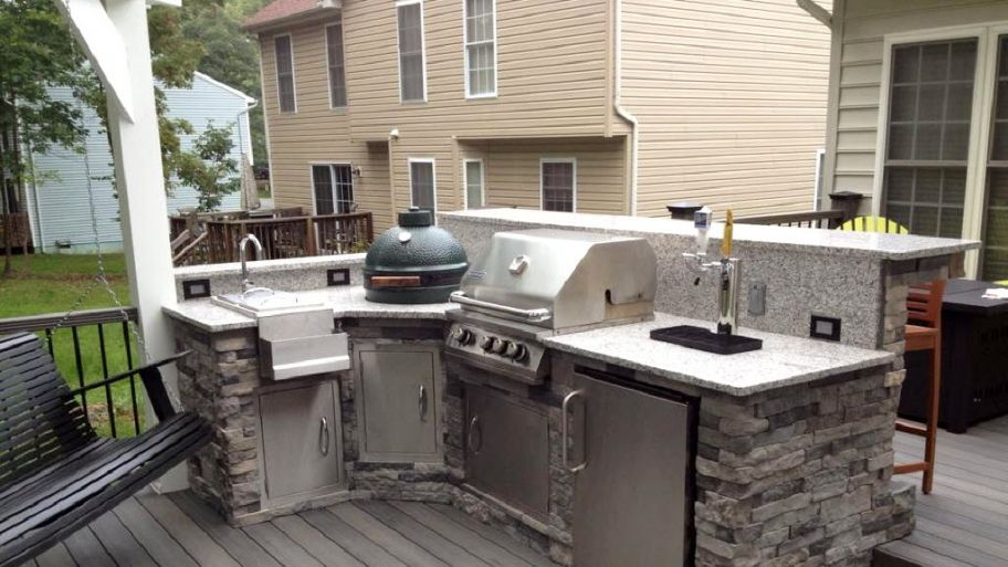 L Shaped Stone Facade Outdoor Kichen With Sink Beer Dispenser And A Big Green Egg With Images Diy Outdoor Kitchen Backyard Kitchen Outdoor Kitchen