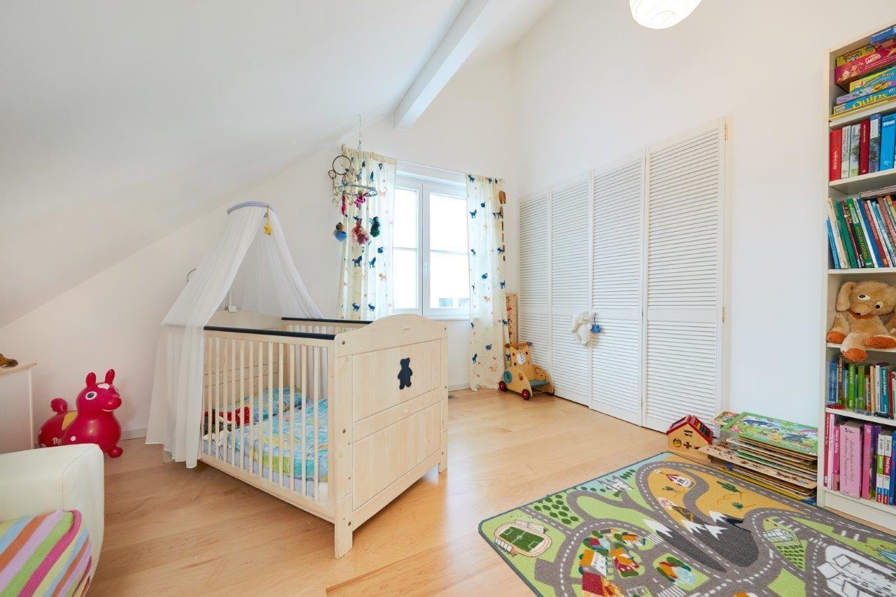 Babyzimmer/ Kinderzimmer mit Dachschräge & Einbauschrank