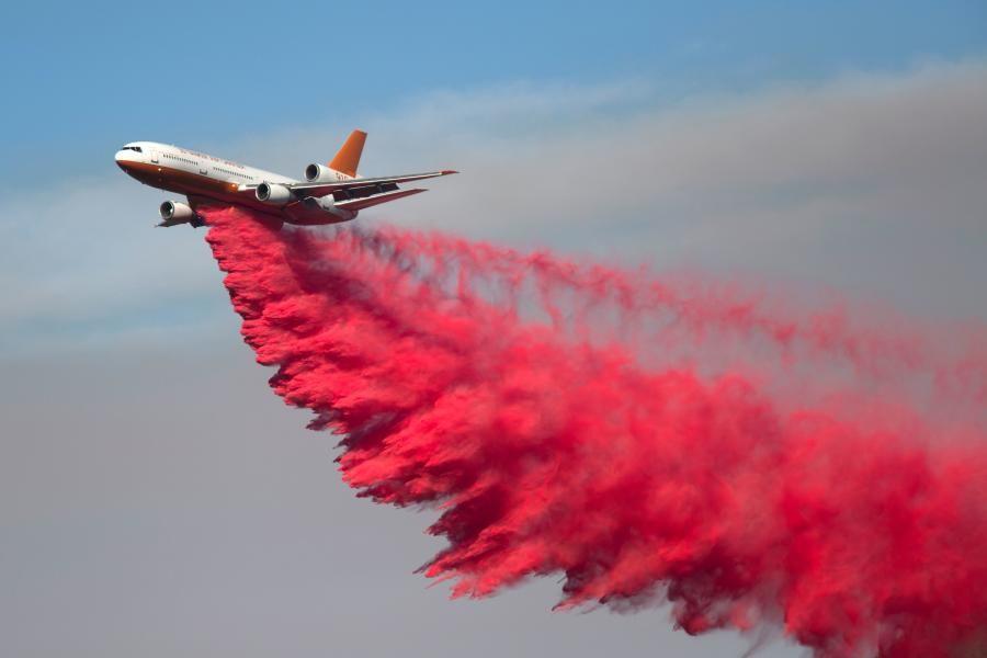 Flere hundrede mennesker er blevet evakueret fra deres hjem på grund af voldsom naturbrand i Californien.