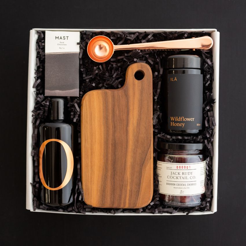 This gift is an ode to all the memories made sitting around the dinner table with family and friends! Full of delectable treats and a beautiful, handcrafted serving board from Make and Stow, The Chef is meant to be enjoyed now and for years to come. #giftsforhim #giftbox #giftsforhimchristmas #giftsforhim2020 #giftsforhimjustbecause #giftsforhimbirthday #giftsforhimanniversary #giftideas #thebestgift #craftedgifts #thankyougifts
