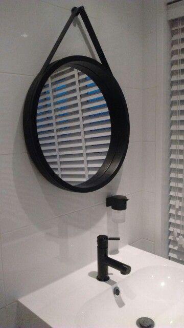Badkamer ronde spiegel van jysk zwarte kraan en zeeppomp for Spiegel voor in de wc