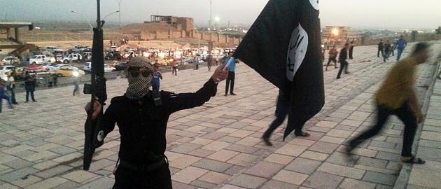 Weil sie im Café Fußball schauten: IS-Krieger richten 13 Jugendliche hin Die Terrormiliz IS errichtet ein brutales Regime, in dem selbst scheinbar harmlose Tätigkeiten tödlich enden können. Nun richteten die Terroristen mehrere junge Männer hin, weil sie Fußball schauten und Tauben züchteten - in den Augen der Islamisten westliche und lasterhafte Hobbys.