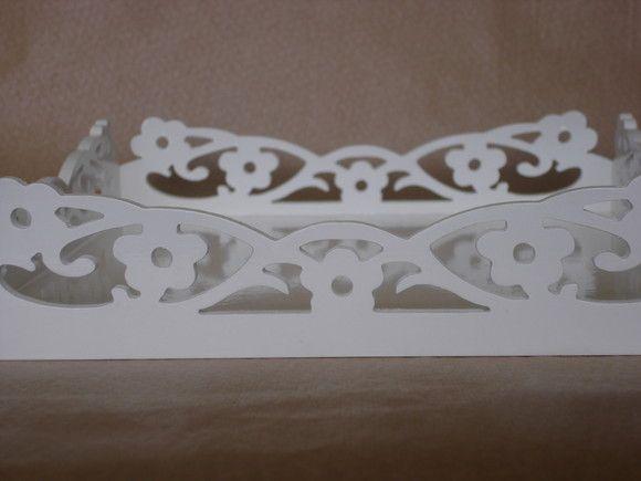 Bandeja em mdf com arabescos, pintada de branco com tinta pva e acabamento em verniz. Acabamento pode ser fosco ou brilhante. Pode ser feita no tamanho que desejar. R$45,00