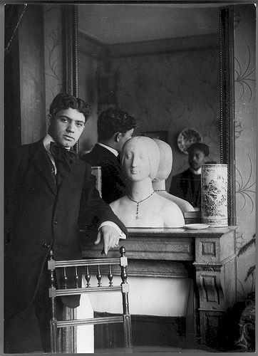 Amadeo de Souza Cardoso, 1887-1918  Amadeo de Souza Cardoso encostado a um espelho onde se vê refletido Afonso Ferraz. Paris (França). Data de produção da fotografia: 1907.