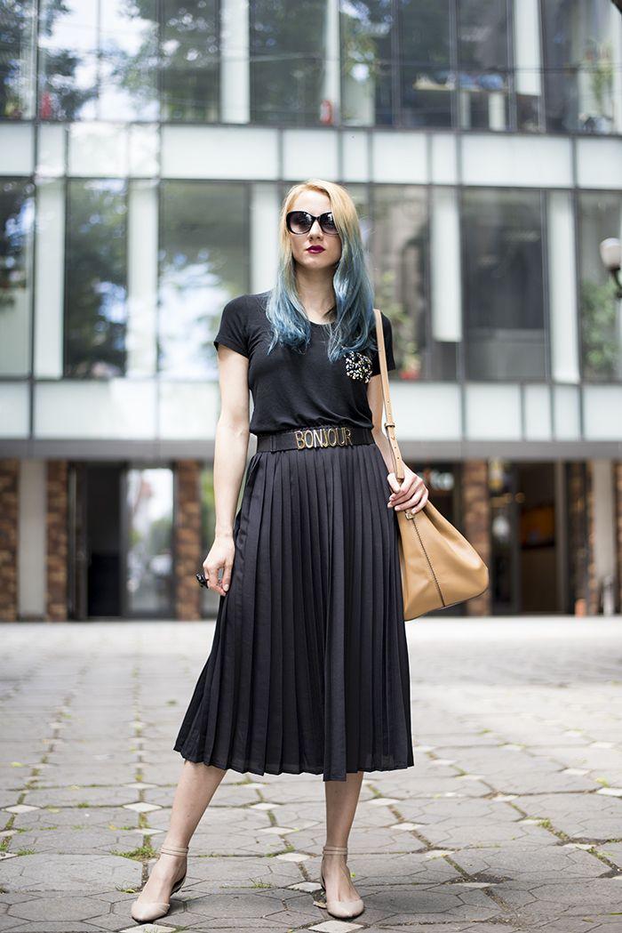 d29dfa817 Look de moda: Camiseta con cuello circular con adornos negra, Falda ...
