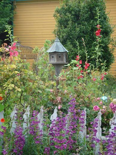 Love birdhouses in the garden.  <3