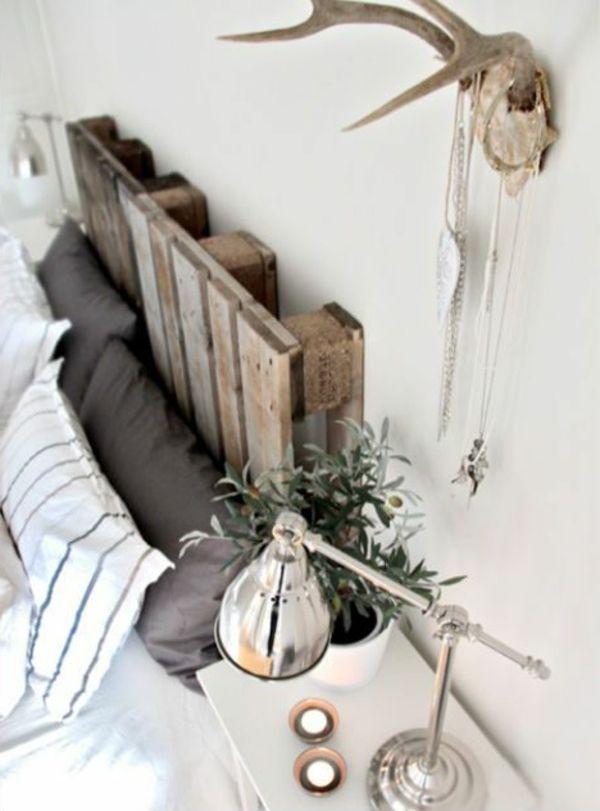 Weiße Wand Und Bett Mit Paletten   Sehr Kreative Gestaltung Vom Schlafzimmer