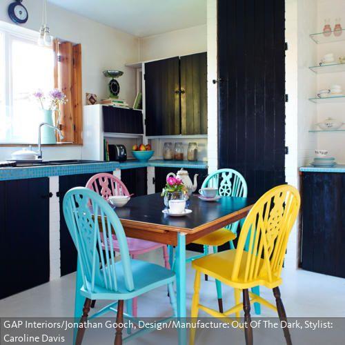 Bunte Holzstühle eine küche im vintage look geprägt durch dunkle holzpaneele bunte