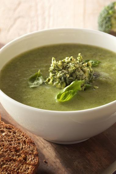 Broccolisoep met pesto en volkorentoast http://njam.tv/recepten/broccolisoep-met-pesto-en-volkorentoast