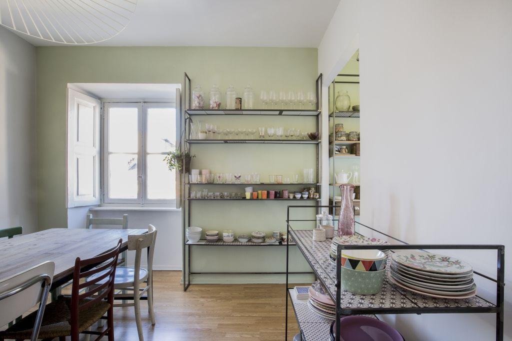 Salle A Manger Dining Room Chaises Depareillees Table En Bois Etagere Metal Desserte